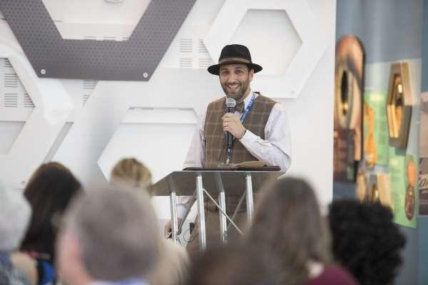 Gutter speaks at un-meeting